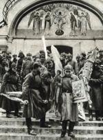 W ciągu kilku lat w ręce bolszewików wpadło niemal całe bogactwo dawnej Rosji. Na zdjęciu: żołnierze Armii Czerwonej podczas plądrowania klasztoru Simonowa w Moskwie w 1923 r.