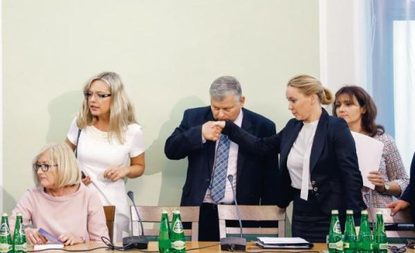 Dłoń do ust czy usta do dłoni? W żelaznym uścisku ręka Andżeliki Możdżanowskiej z PSL. Prace komisji ds. Amber Gold w toku