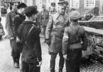Członek Hitlerjugend składa meldunek feldmarszałkowi Modelowi (1944 r.)