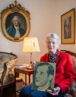 Nina Lagergren, 93-letnia przyrodnia siostra Raula Wallenberga z jego portretem