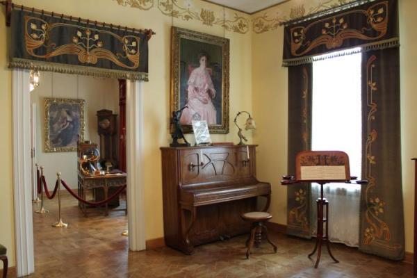 W muzeum secesji urządzono dziesięć pokoi, z których każdy jest odmienną aranżacją konkretnego wnętrza.