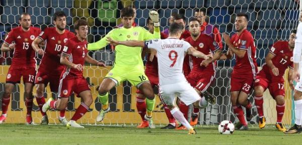 Robert Lewandowski w 25. minucie zdobywa trzeciego gola dla Polski.
