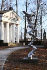 """Dzieło jednej z gwiazd światowej rzeźby Tony'ego Cragga """"Elliptical Column"""" z 2012 roku"""