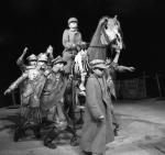 """Maria Stangret jako Piłsudski, czyli """"Wiadomo kto"""" w """"Niech sczezną artyści"""" Tadeusza Kantora (1988 r.)"""