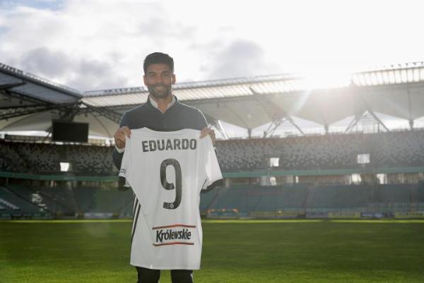 Eduardo ma 35 lat, grał w reprezentacji Chorwacji, Arsenalu i Szachtarze Donieck. To piłkarz po przejściach