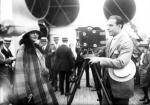 """Rudolf Valentino ze swą drugą żoną Natachą Rambovą na pokładzie """"Aquitanii"""" (1923 r.). To małżeństwo, delikatnie mówiąc, nie należało do udanych. Być może dlatego po rozwodzie z Natachą aktor zapisał jej w testamencie… jednego dolara."""