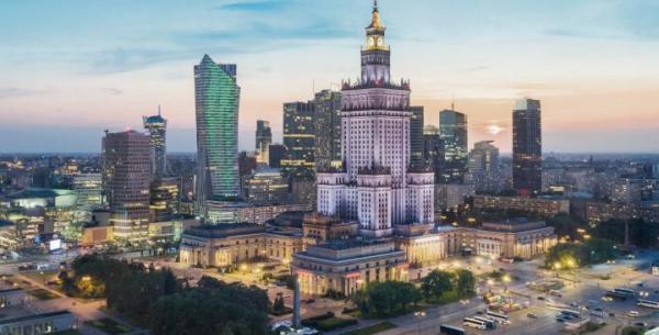 Złota44 oraz Cosmopolitan (odpowiednio po lewej i prawej stronie Pałacu Kultury i Nauki) to jedyne luksusowe wieże mieszkalne w Warszawie.