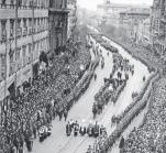 <Warszawa,  17 maja 1935.   Trumna z ciałem  Józefa Piłsudskiego  na armatniej lawecie  przejeżdża  Krakowskim Przedmieściem. Fot. Narodowe Archiwum Cyfrowe