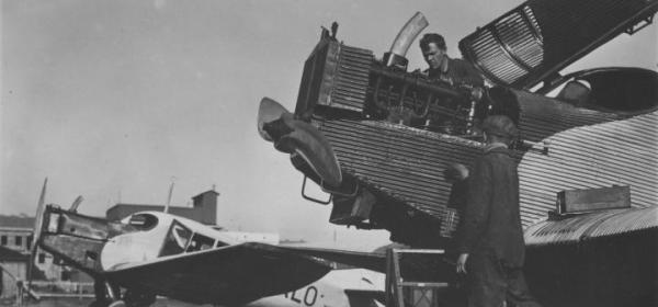 Pierwsze regularne połączenia pasażerskie uruchomiono z Pola Mokotowskiego w 1921 r. Były to rejsy do Aten, Bukaresztu, Helsinek i Bejrutu. Zdjęcie z 1926 r. przedstawia samolot Junkers F-13 podczas przeglądu.