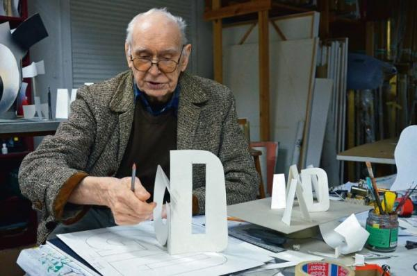 Wojciech Fangor pracuje nad instalacją z liter, Błędów, 2015.