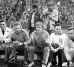 Jacek Gmoch (w środku) ze swoim sztabem  podczas meczu towarzyskiego Polska – Argentyna na Stadionie Śląskim  w Chorzowie w marcu 1976. Obok Bernard Blaut (z lewej) i Ryszard Kulesza (z prawej)
