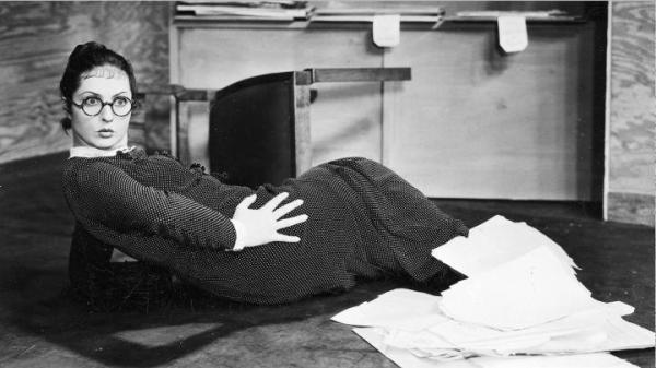 """≥Jadwiga Smosarska w jednej ze scen filmu """"Dwie Joasie"""" (1936 r.)"""