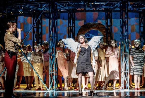 Rinat Shaham jako Carmen w spektaklu Andrzeja Chyry, z lewej Krzysztof Bączyk (Zuniga). Udział jego oraz całej grupy młodych wychowanków własnej Akademii Operowej w premierach obecnego sezonu to mało dostrzegany dorobek Opery Narodowej.