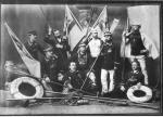 Fotografia grupowa członków osady wyścigowej (reprodukcja ze starej fotografii z 1889 roku)