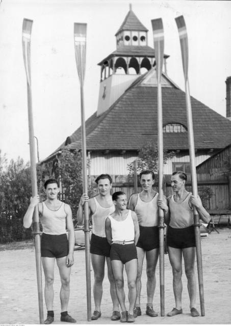 Czwórka ze sternikiem na przystani. Od lewej: Edward Kobyliński, Stanisław Urban,  sternik Jerzy Skolimowski, Janusz Ślązak i Jerzy Braun – rok 1932