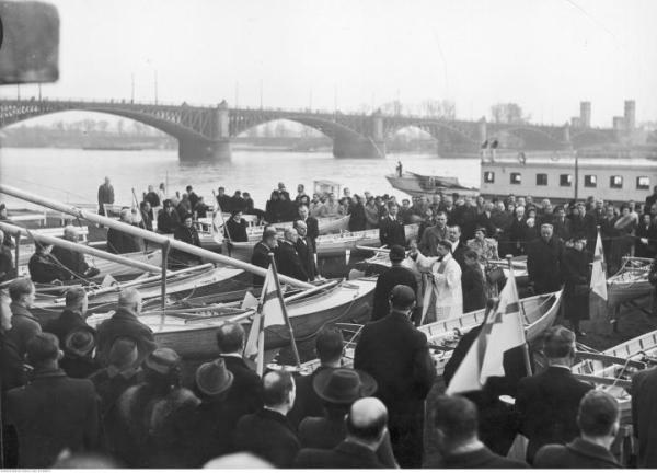 Święcenie nowych łodzi, w tle most Poniatowskiego – rok 1938