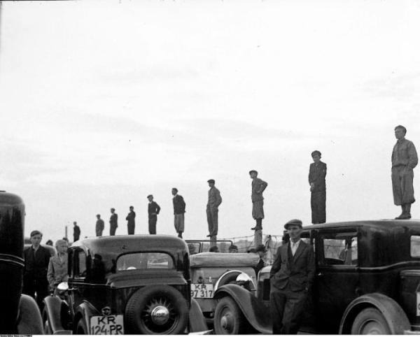 Najbardziej zaciekła rywalizacja kibiców dotyczyła starć krakowskich klubów: Wisły i Cracovii. Na zdjęciu spotkanie Wisły i angielskiej Chelsea z okazji 30-lecia Towarzystwa Sportowego  Wisła Kraków w maju 1936 r.