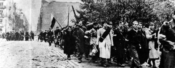 ≥Oddziały Armii Krajowej opuszczają miasto po kapitulacji (październik, 1944 r.)