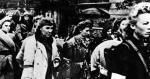 Cywile wypędzani przez Niemców z Warszawy. Wśród tysięcy zmuszonych do opuszczenia stolicy była również Irena Herbich