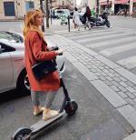 Elektryczne hulajnogi wypożyczane  na minuty to nowy środek transportu, który podbija miasta  (na zdjęciu hulajnoga Bird na jednej  z paryskich ulic)