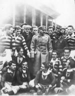 ≥Marszałek Józef Piłsudski w otoczeniu piłkarzy Wisły Kraków i Pogoni Lwów. Stadion Wisły, rok 1924