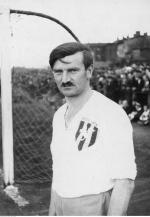 ≥Wacław Kuchar, pionier i jedna z legend przedwojennego sportu. Piłkarz Pogoni Lwów, reprezentant polski w piłce nożnej, hokeju, lekkoatletyce i łyżwiarstwie szybkim. Olimpijczyk z roku 1924