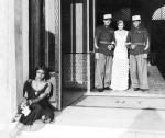 """≥Nora Ney jako Dżemila, żona szejka (siedzi przed wejściem), Adam Brodzisz jako sierżant Milczek (stoi z lewej), Maria Bogda jako Turystka (w środku) i Witold Conti jako Tarnowski w """"Głosie pustyni"""" (1932 r.)"""