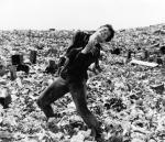 """≥Zbigniew Cybulski jako Maciek Chełmicki umiera na """"śmietniku historii"""" w finałowej scenie """"Popiołu i diamentu"""" (1958)"""