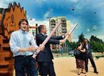 Piotr Guział (z lewej) jeszcze jako burmistrz Ursynowa i Grzegorz Napieralski, ówczesny szef SLD, otwierają plac zabaw w stylu parku furajskiego, Warszawa 2011 r.