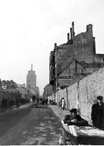 Prudential w czasie wojny, widoczny w głębi ul. Świętokrzyskiej (w kierunku Marszałkowskiej). Zdjęcie z 1939 r.