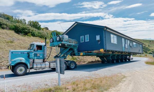 ≥Amerykańskie domy gotowe do transportu budowane są zazwyczaj z lekkich konstrukcji, bez fundamentów, aby można je było łatwo przenieść w nowe miejsce