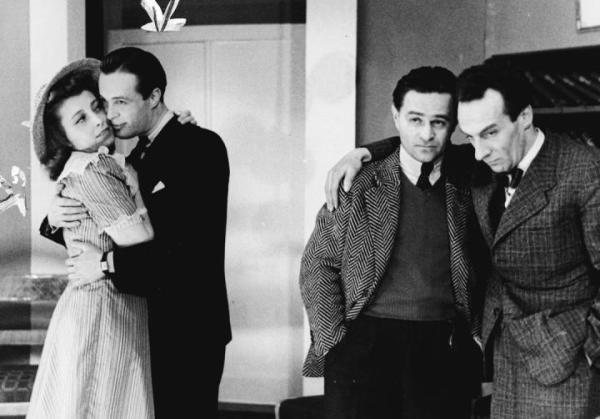 """≥""""Znajda"""" w jawnym teatrze Komedia. Od lewej: Ewa Stojowska, Zbigniew Rakowiecki, Adolf Dymsza  i Roman Niewiarowicz; maj 1941 r."""