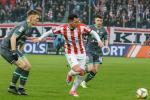 Airam Cabrera (w środku)  strzelił dwa gole  i walnie przyczynił się  do tego,  że Cracovia wysoko pokonała lidera z Gdańska 4:2