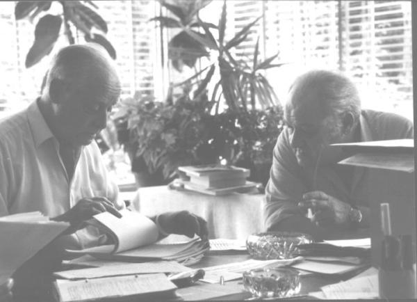 Jerzy Giedroyć i Gustaw Herling-Grudziński nad maszynopisami i rękopisami w Paryżu