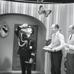 """Wiesław Michnikowski, Jeremi Przybora i Jerzy Wasowski w """"Kaloryfeerii"""". TVP, Kabaret Starszych Panów, styczeń 1965 r."""