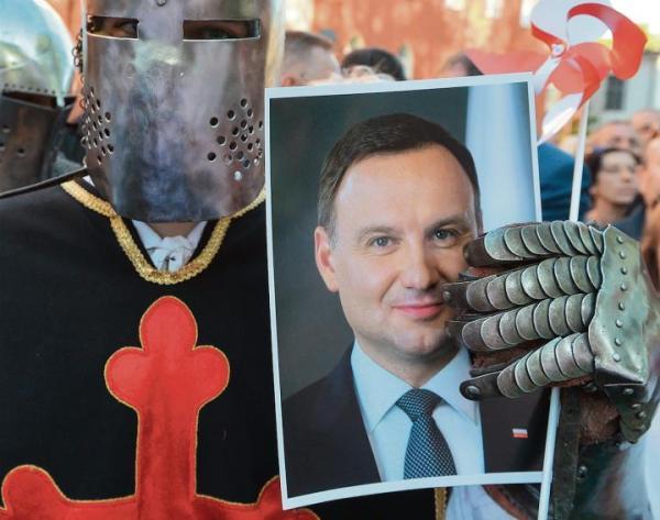Prezydent ma swoich wiernych wielbicieli. Czy to wystarczy, aby wygrać wyborczą bitwę?  Na zdjęciu spotkanie  Andrzeja Dudy  z mieszkańcami Pelplina  w maju 2018 r.