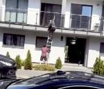 Poznańscy policjanci 22 października ubiegłego roku zatrzymali mężczyznę (na zdjęciu schodzi  po drabinie) podejrzanego o serię włamań do mieszkań w Wielkopolsce. Jedną z jego akcji utrwalili sąsiedzi okradanego lokalu